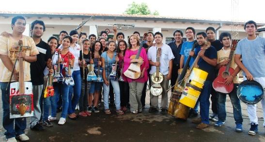 Berta Rojas con la Orquesta de Cateura