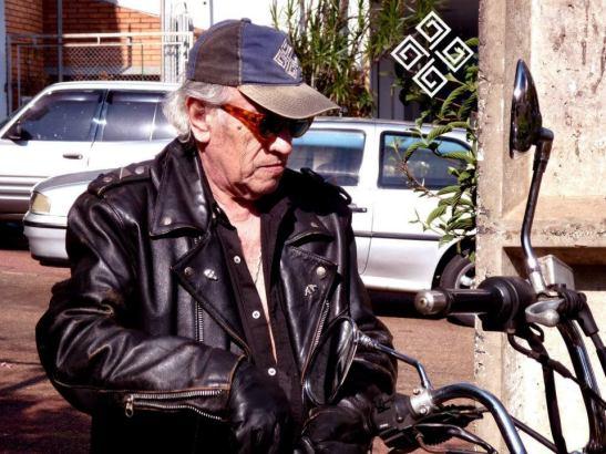 Chester Swann en su motocieleta.