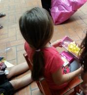 Una niña con su muñeca.