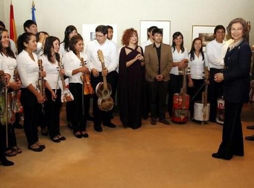 Orquesta de Reciclados de Cateura con la Reina Sofía. Foto EFE