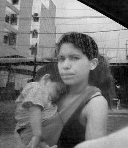 Mujer indígena en la calle.